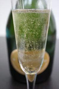 Fines et légères, les bulles dansent dans la flûte à Champagne