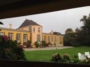 Belle vue sur le Château familial jaune éclatant